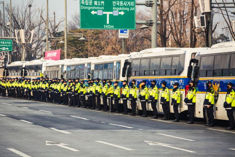 警察部隊と衝突して死者まで出たようで、お国柄というには悲惨な出来事になっています。