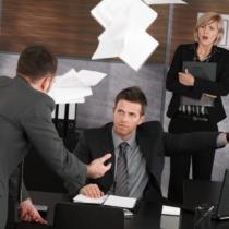 間違った指示を続ける上司にはワザとトラブルを作る