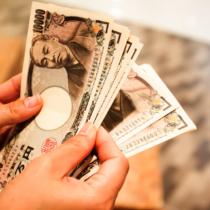 オークションサイトやフリマアプリなどネットを使って現金を売る手口