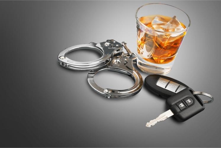 飲酒検問にでも引っかかれば、会社での立場も2人揃って悪くなった可能性があります。