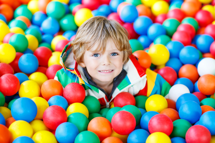 男の子、女の子を問わず、ボール遊びが嫌いな子供はいません。