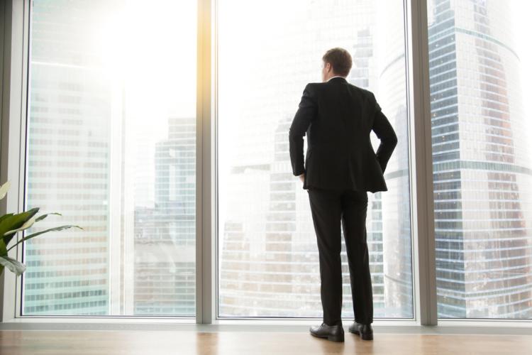 重要な役職に就いている男性は、頭が良くて人望も金もあり、とても頼りになる人です。