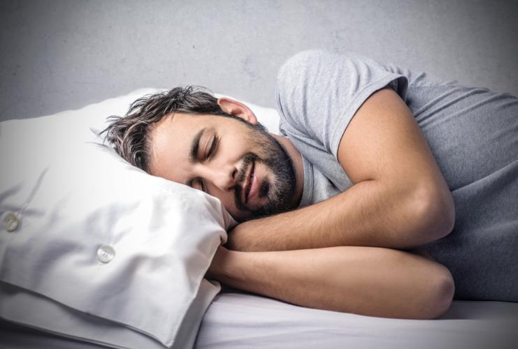 肌の新陳代謝が活発に行われるのは、睡眠中