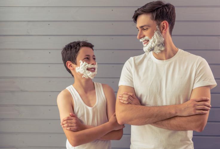 特に男性は髭剃りをするので、普段から皮膚の表面にある角質層が傷ついて乱れがちです。
