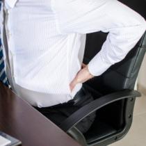 腰にとって、デスクワークは肉体労働よりも負担がかかることを覚えておいてください。