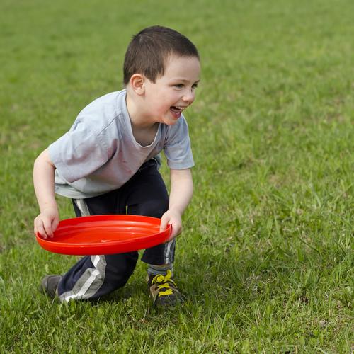 フリスビーで遊ぶにはなるべく広めの運動場がある公園を選ぶとよいでしょう。