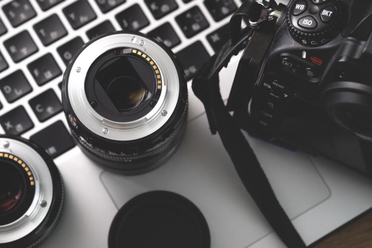 初めて本格的なカメラを買う時は、インターネットの意見を参考するよりも、実店舗で確認するのが一番です。