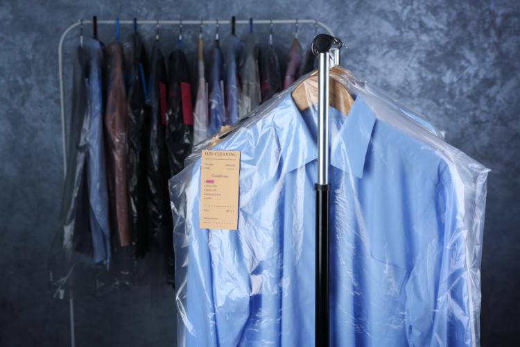 洋服を収納するとき、今の状態のまま押入れやクローゼットに仕舞い込んではいけません。