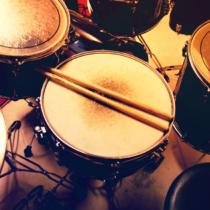 ドラムが最適な理由は、ギターやピアノなどと違って音楽理論が不要なところ