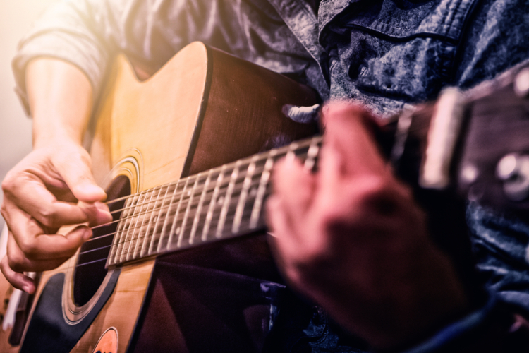 両手を細かく動かすギターには、脳を活性化させる効果があると言われています