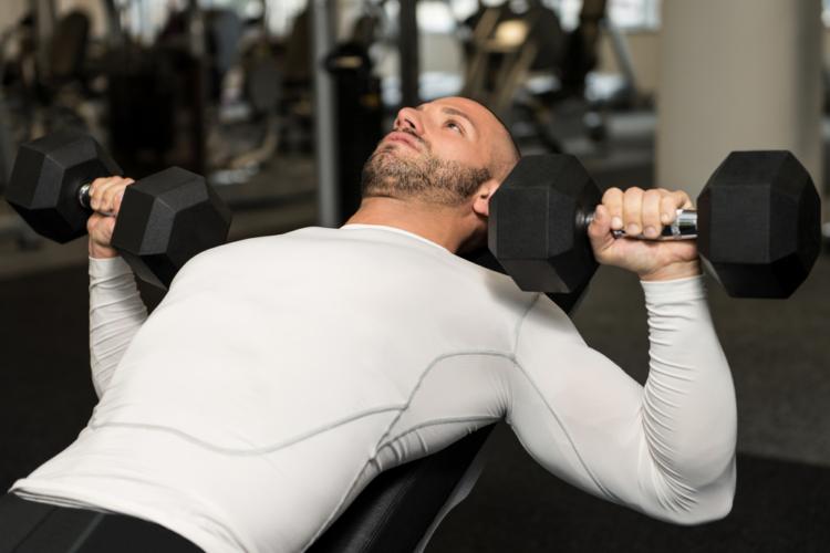 プレスするものをバーベルではなくダンベルに変えるだけでも新鮮な刺激を大胸筋に与えることができます。