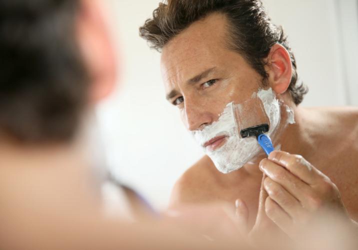 ニキビの原因である髭剃りに要注意