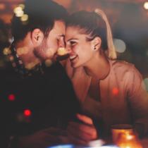 カップルが多い場所、自宅にいるなら恋愛映画を流すなど、視覚的な工夫も効果があります。
