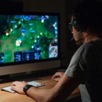 ASUSやMSIといったメーカーはゲーミングに特化したマザーボードで人気のメーカーです。