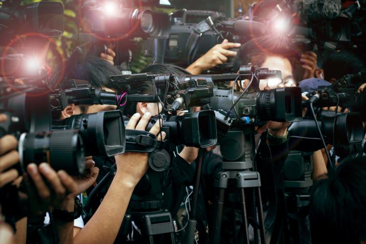 音声と画像からなるテレビニュースの場合は、耳と目の両方をしっかりと使う必要があります。