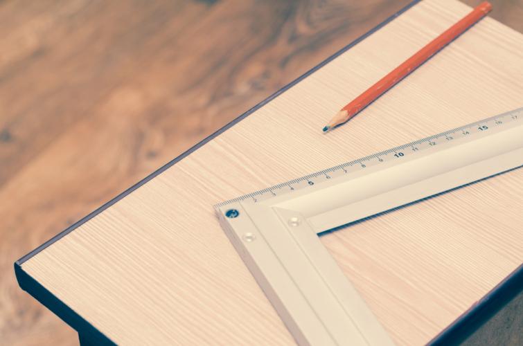 大工道具の代表格ともいえる「さしがね」は必須品です。