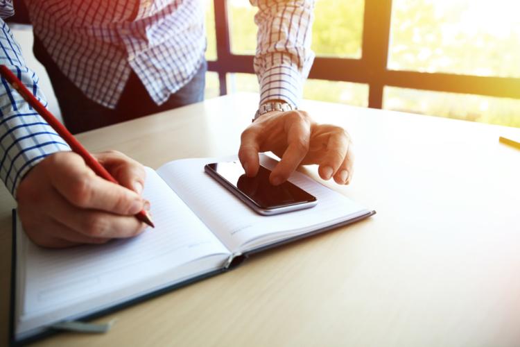新人期間だけではなく、ビジネスシーンでは「メモを必ずとること」は、常識の一つ。