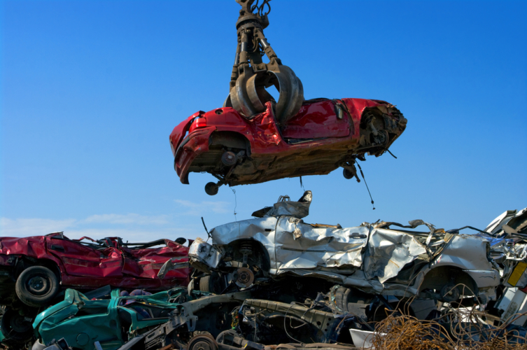 日本国内の新車の販売台数はどんどん落ち込んでいる