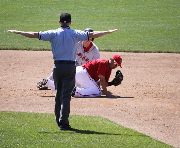累審は一塁・二塁・三塁付近にそれぞれ1人ずつ位置取り、主にベース上の判定やフェア・ファールの判定を行っています。