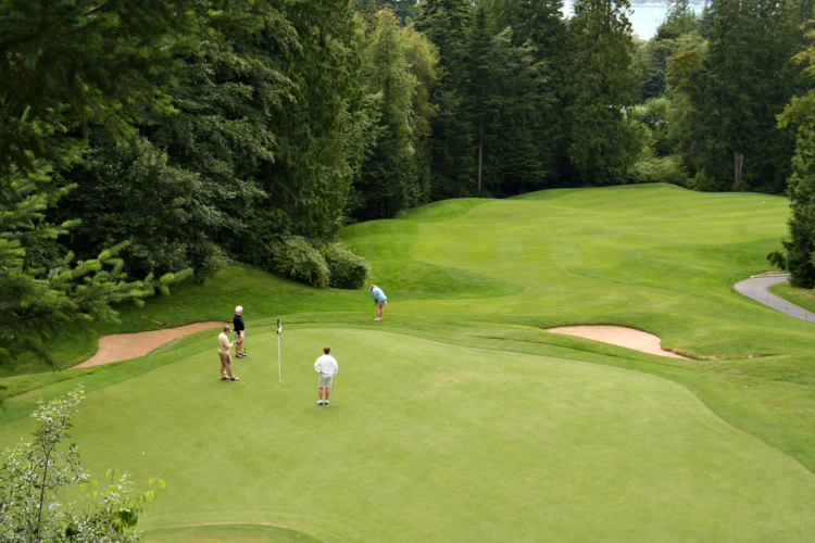 ゴルフの人気は美しい自然の中で過ごせるところ