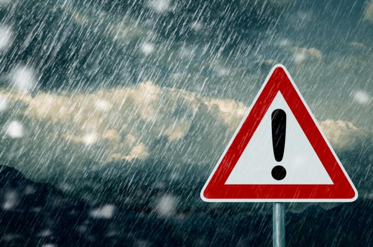 基本的に雨が降ったら車で外には出ない方がよい