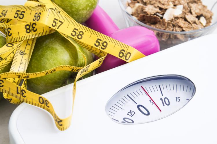 ダイエットに励んでいる人、筋トレを頑張っている人、どちらのタイプにしても自分のコンディションを計るための最も基本的な方法が「体重測定」です