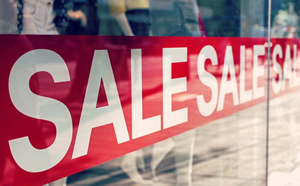 セールの時期や新しい商品が出る時期を把握する