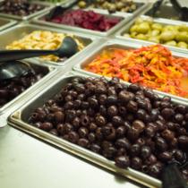 一般にスーパーの総菜コーナーへ行けば、多かれ少なかれバックで調理した惣菜がむき出しの状態で陳列されている
