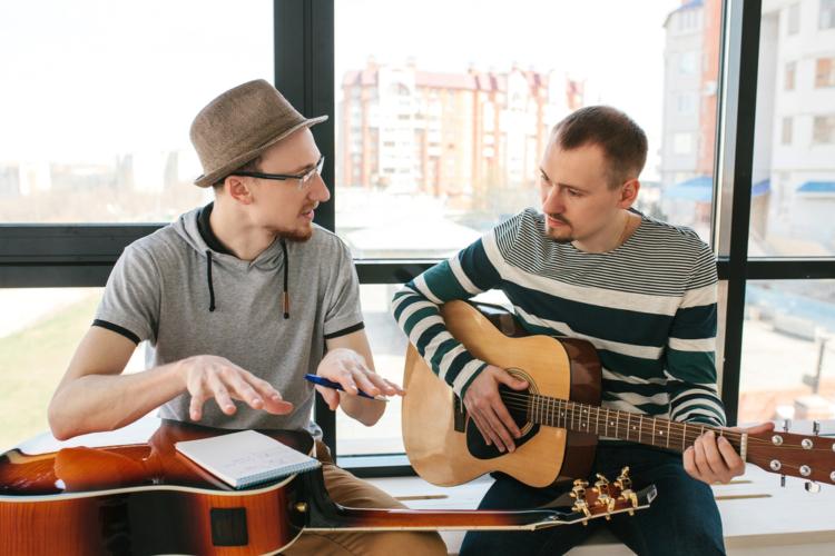 英会話やダンスなど、習い事で出会った人と友人になるという方法もあります