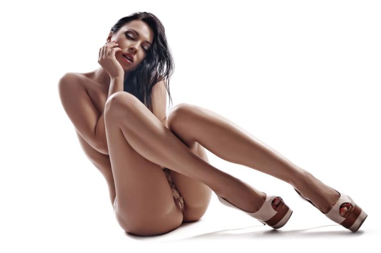 ネットで日本人が全裸や性行為を無修正で公開するのは法に触れないのでしょうか