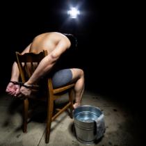 問題視されてきた収容所内での非人道的な拷問