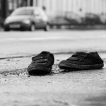 何故か道路に靴が落ちている