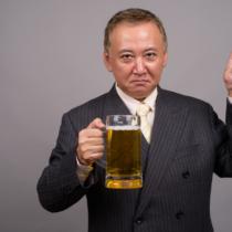 お酒の力を借りて元気を出す上司