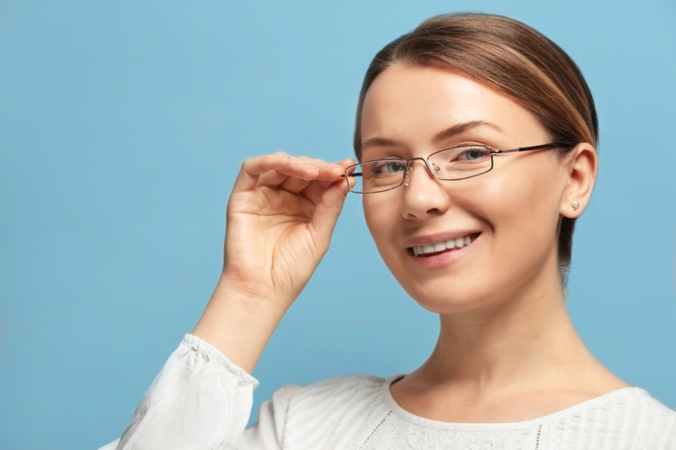 目へのダメージを減らすならブルーライトカットメガネも有効