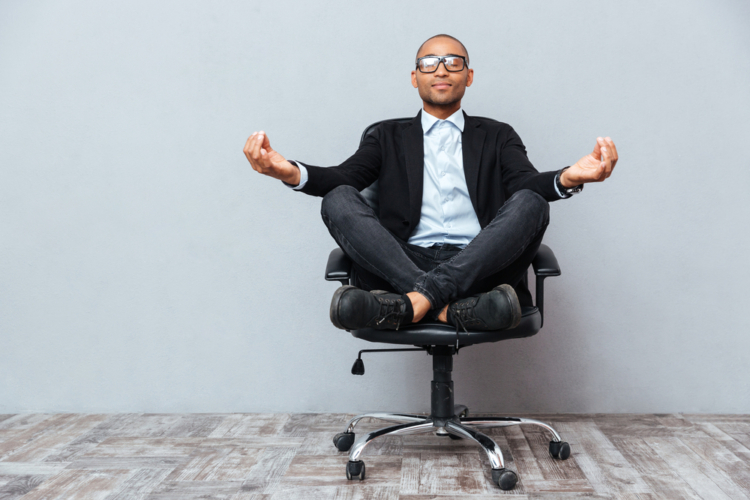 瞑想の際は最も集中をしやすく、楽な姿勢を探しましょう。