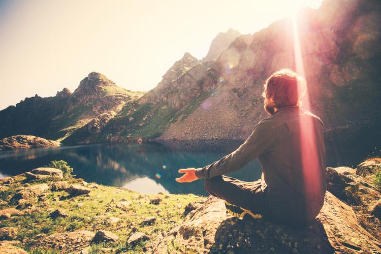瞑想はお金もかからず時間も選びません。日常生活で集中を欠いている方は是非試してみてください。