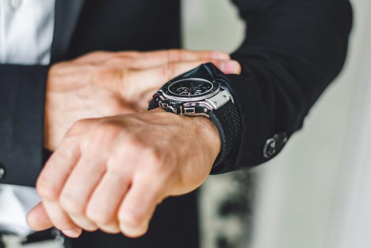 アナログ腕時計なら安いものでもOK