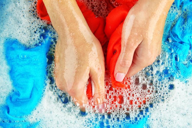 衣服の臭いを消すのに最も効果的なのは「浸け置き洗い」です。