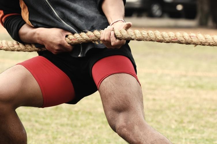 綱引きで背筋断裂?!背中のストレッチが重要。
