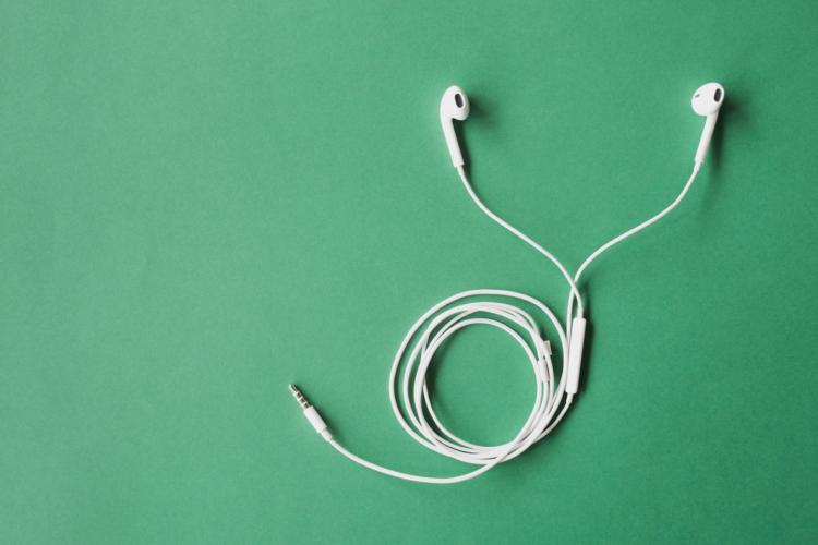 ノイズキャンセリング機能付きイヤホンは、エアコンや電車など、「断続的なノイズ」が全くと言っていいほど聞こえなくなります。