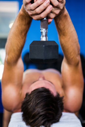 ダンベル・プルオーバーは縦方向に大胸筋の筋繊維を伸ばすことのできる唯一の種目です。