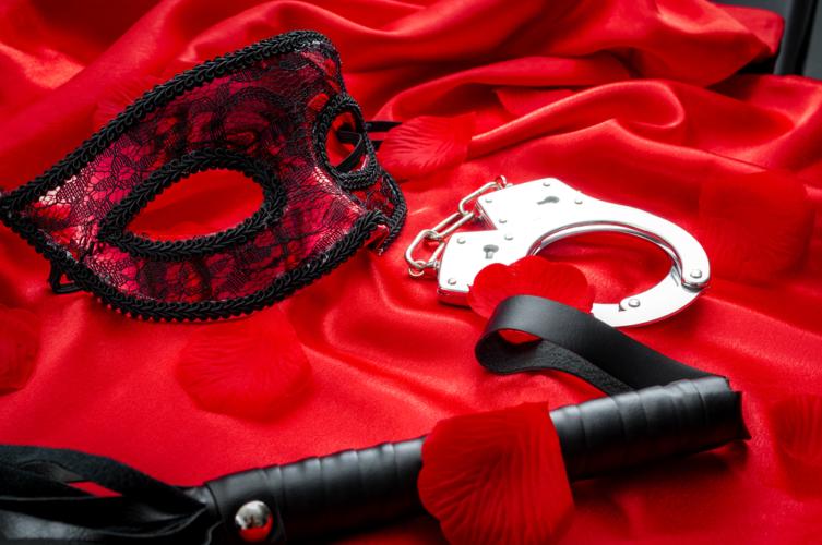拘束グッズには、縄、手錠、足枷などがあります。