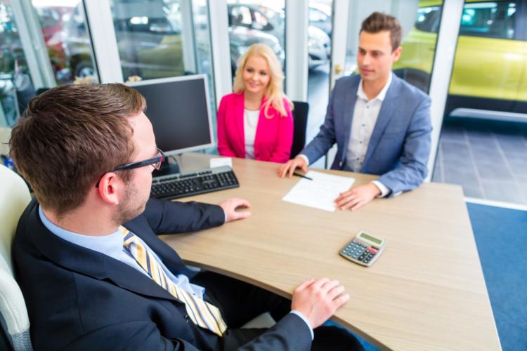 新車の値引き交渉の一つ目は、ズバリ競合させることです。