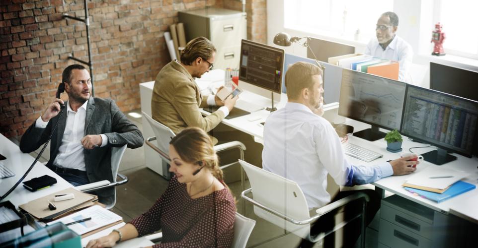 取引先からの信頼を得るために有効な手段の一つが、頻繁にコミュニケーションをとることです。