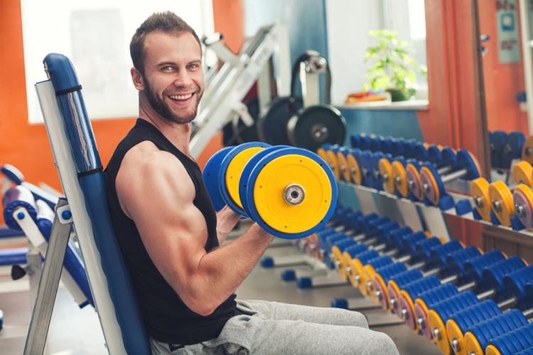 自宅ではとにかく手軽に最低限の道具で、しかも短時間に終わる自重系トレーニングを行います。