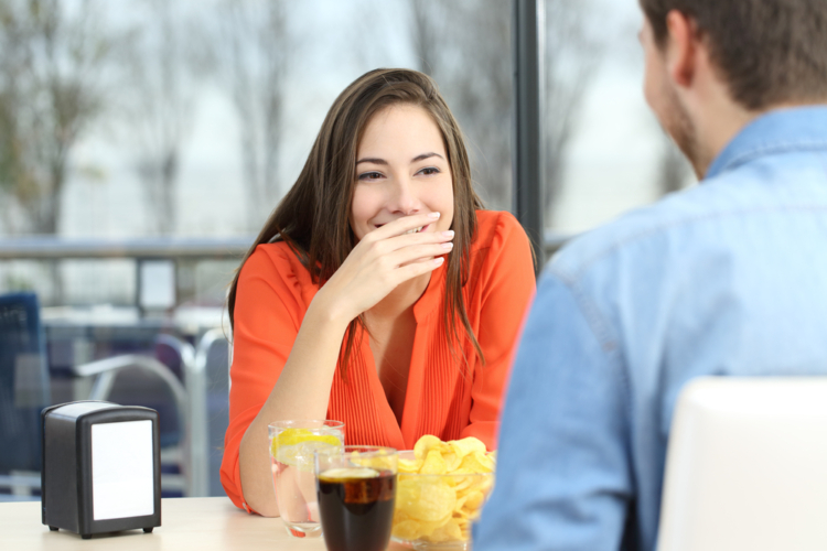 咀嚼している時に口を手で隠すのは恥ずかしがり屋さん