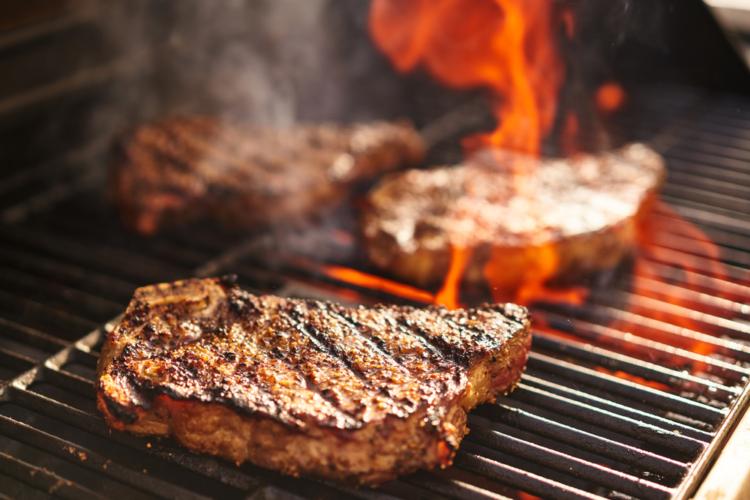 男はステーキでアピールする