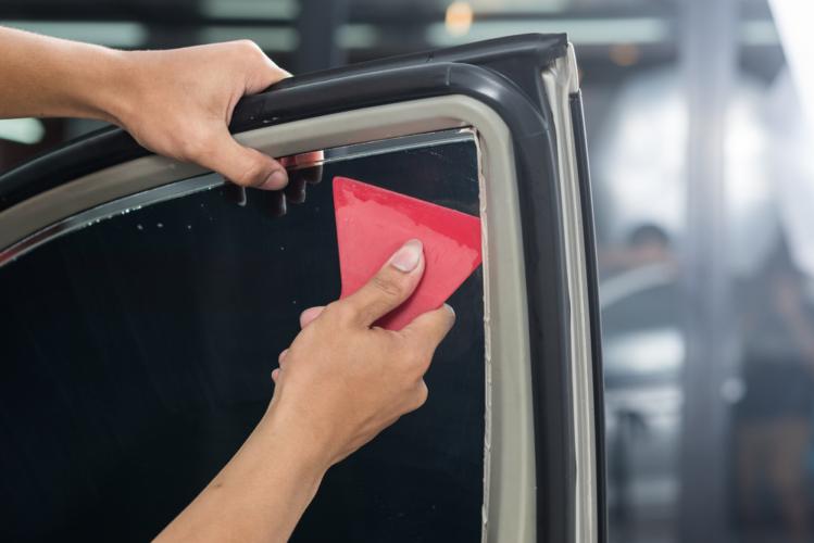 日射しによるインテリアの日焼け防止や、ガラスが割れたときの飛散防止に役立つのがカーフィルムです。
