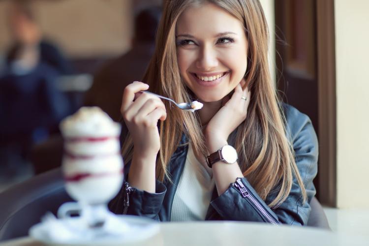 少しずつ食べる女性はセックスもじっくり味わいたい傾向