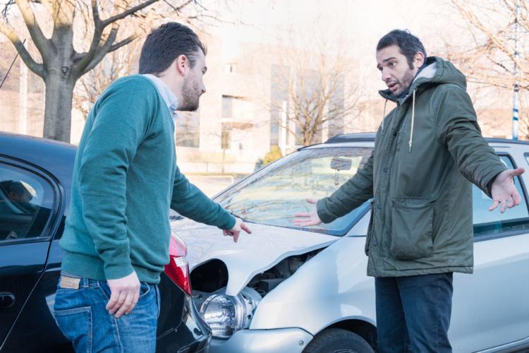 交通事故現場で、勝ち誇ったようにドライブレコーダーを見せるオヤジと、それを見た相手との間で何が起きるのか?